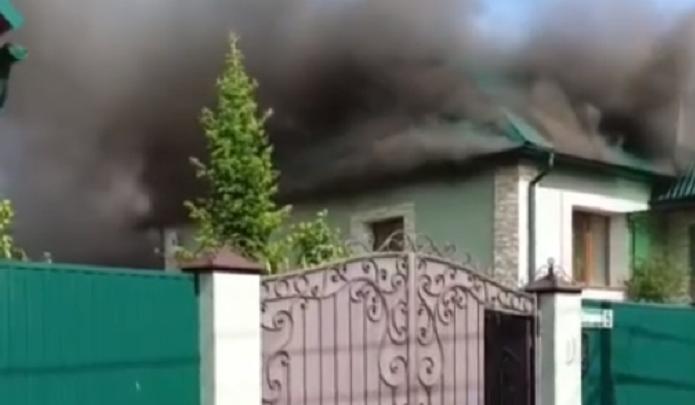 «Приехала одна машина, горит второй дом». Тюменка рассказала об утреннем пожаре в частном секторе