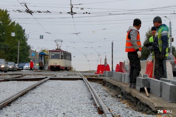 Ремонт трамвайного переезда на одном из самых крупных перекрёстков Челябинска растянулся на три недели
