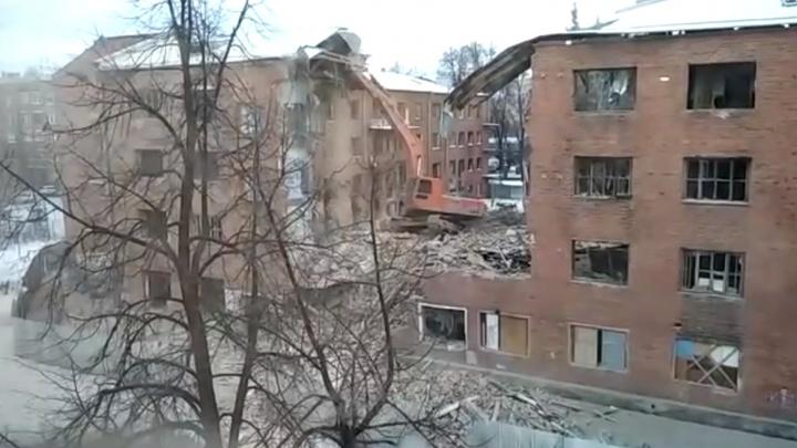 В Екатеринбурге начали снос аварийного общежития на Уралмаше, на которое жаловались местные жители
