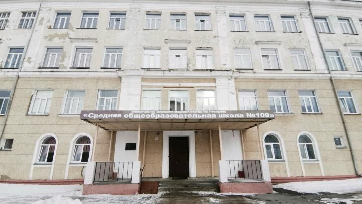Мэрия Новосибирска рассказала, когда заменят окна в школе, где выпала рама