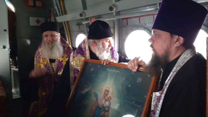 Молятся об избавлении от коронавируса: над Волгоградом пролетел кукурузник со священниками