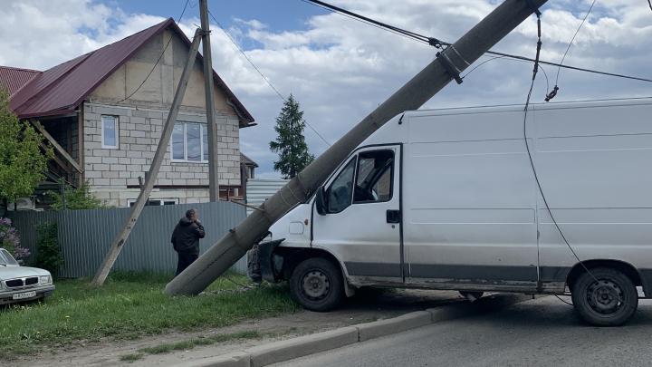 Бетонный столб обрушился прямо на кабину: фургон снес опору в Нижне-Исетском микрорайоне