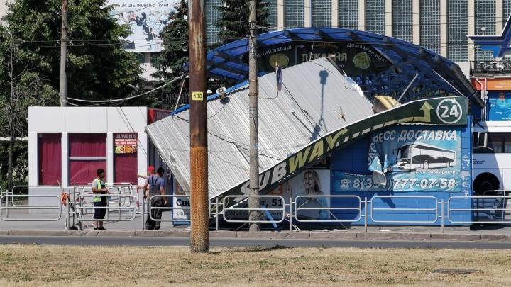 Сильный вихрь, образовавшийся в жару, снёс крышу павильона на челябинском вокзале