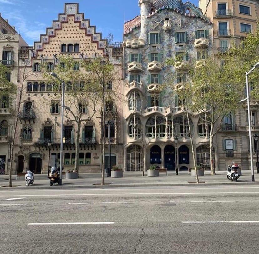 Барселона — популярный курорт, и он очень скучает по туристам