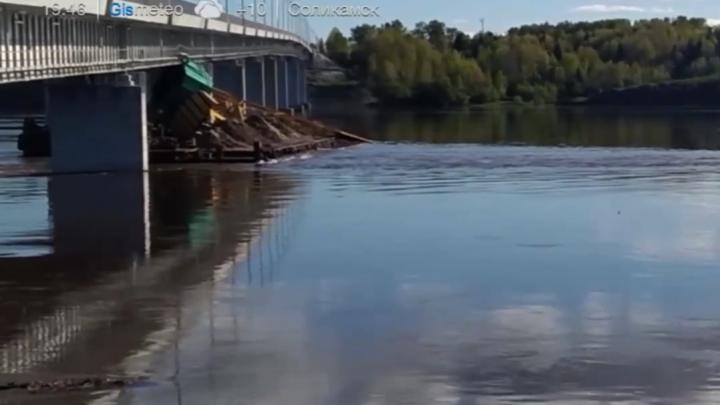 «Не рассчитал высоту»: в Березниках баржа с краном врезалась в мост