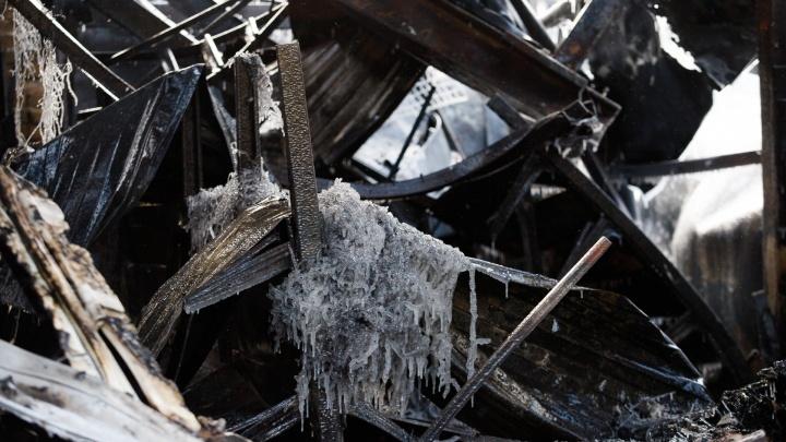 Обледеневшее пепелище: 13 фотографий ростовского рынка «Классик» после пожара