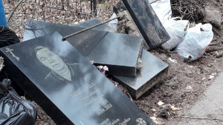 На кладбище Дзержинска рабочие вместе с мусором выкинули надгробия могил