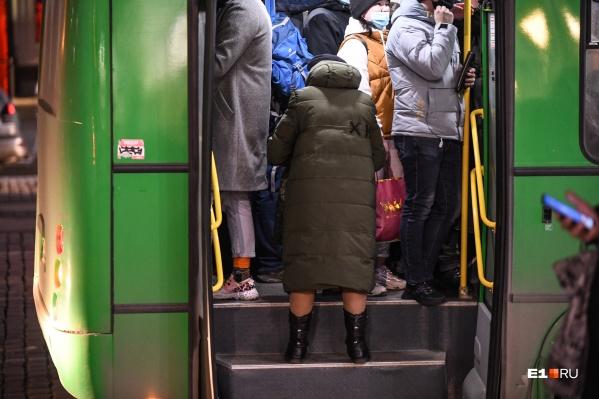 """Пассажиры&nbsp;ежедневно толпятся в душном автобусе&nbsp;<nobr class=""""_"""">№ 016</nobr>"""