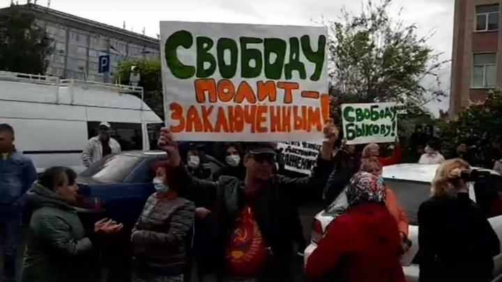 Более сотни человек вышли к красноярскому СИЗО требовать свободы Быкову