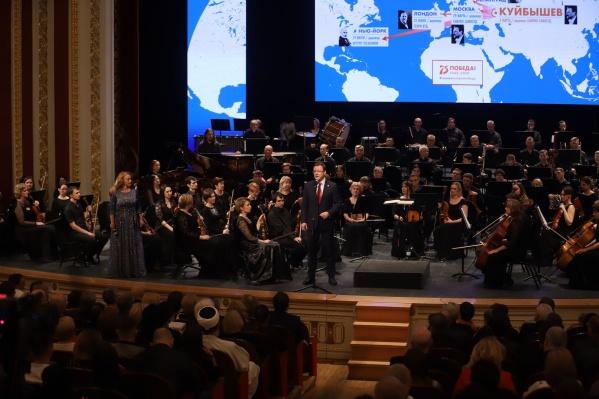 Во время исполнения Седьмой симфонии в Театре оперы и балета