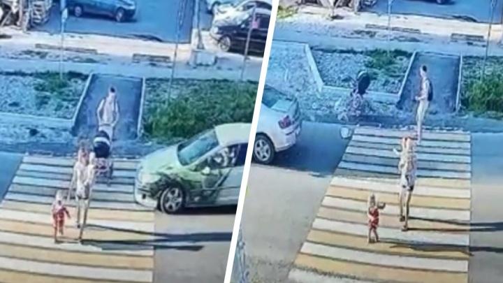 «После аварии я была в глубоком шоке»: в Реже Peugeot сбил коляску на пешеходном переходе