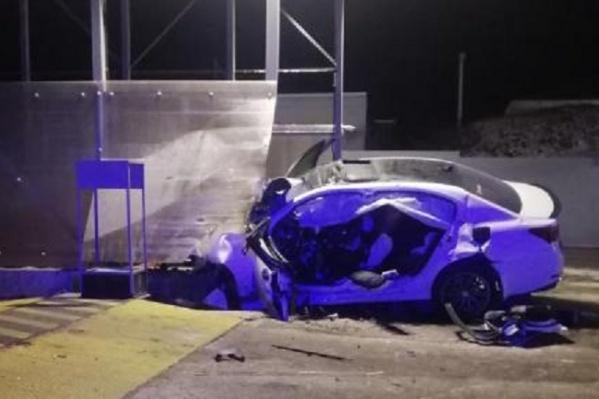 Машина на скорости врезалась в забор