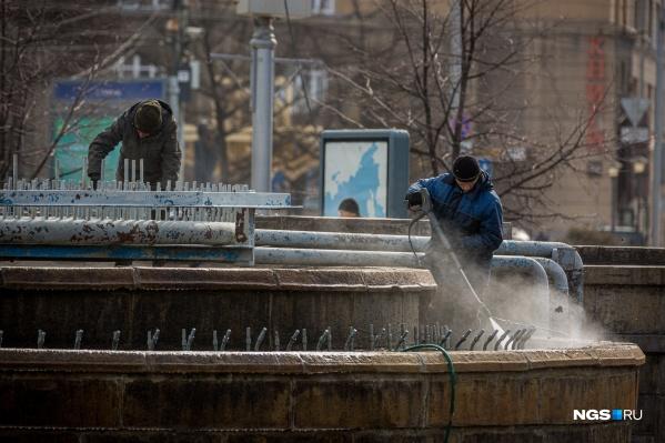 Рабочие чистят фонтан в Первомайском сквере: он начнёт работать в начале мая