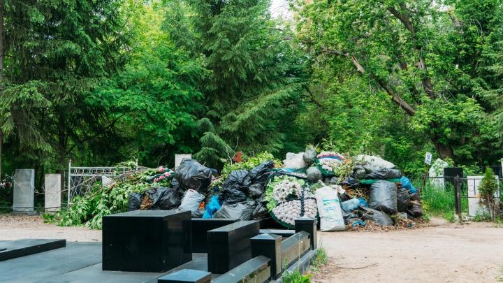 Мэрия ответила на жалобу омича, который не добрался до могилы родственника из-за мусора на кладбище