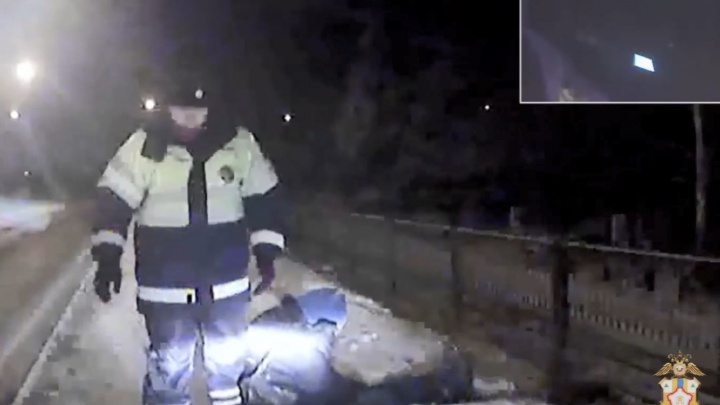 «Извините, я замерз»: сотрудники ДПС помогли мужчине, лежавшему в снегу на кладбище