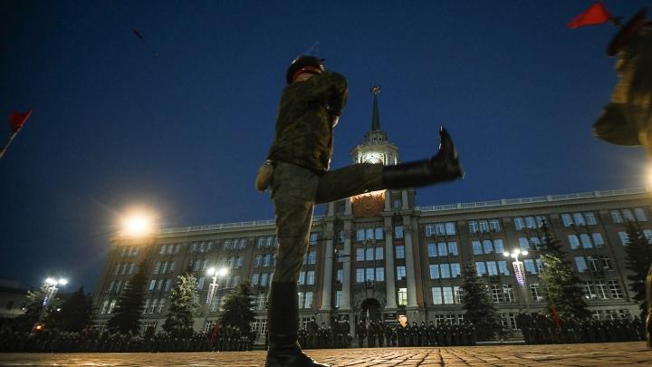 «Губернатору придется подчиниться»: почему в Екатеринбурге не отменят парад Победы из-за COVID-19