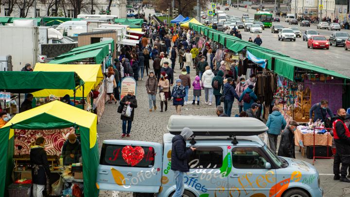 Что продают на главной ярмарке Екатеринбурга: вкуснейший фоторепортаж из торговых рядов