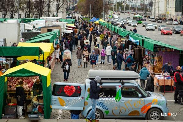 Вход на ярмарку только в масках, но и через них чувствуются аппетитные ароматы продуктов со всей России
