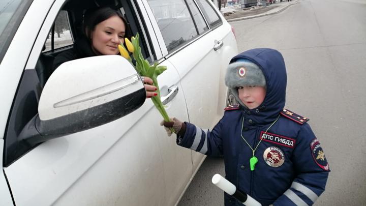 В Уфе маленький гаишник поздравил автоледи с 8 Марта