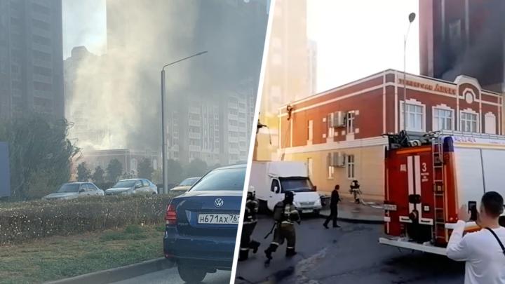 На Левенцовке загорелся продуктовый магазин. Людей эвакуировали