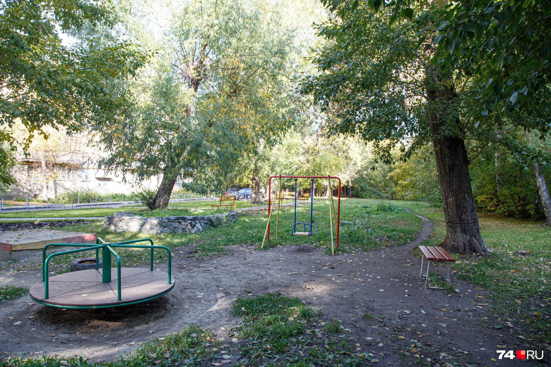 Благоустроить детскую площадку пока не получилось. Она во дворе есть, но к дому как бы не относится