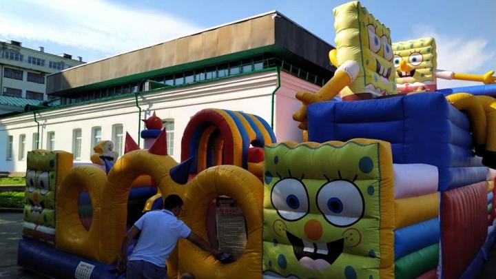 «Всем лета и немного треша!»: в центре Екатеринбурга установили гигантский батут, закрывающий музей