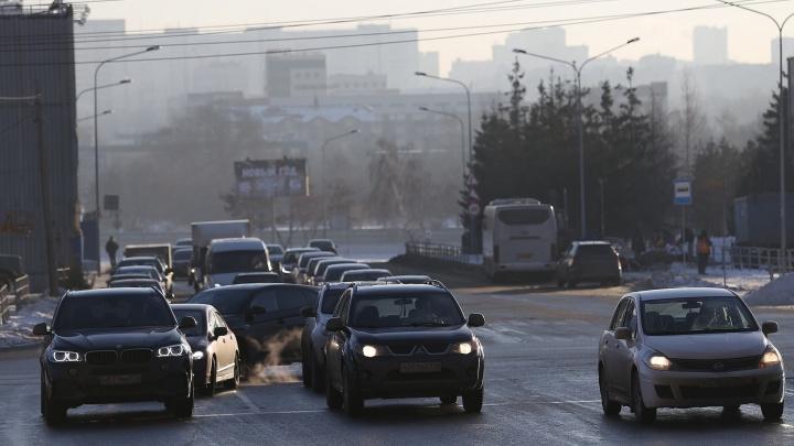 Меньше дышать и смотреть под ноги: рабочая неделя в Челябинске начнётся со смога и гололёда