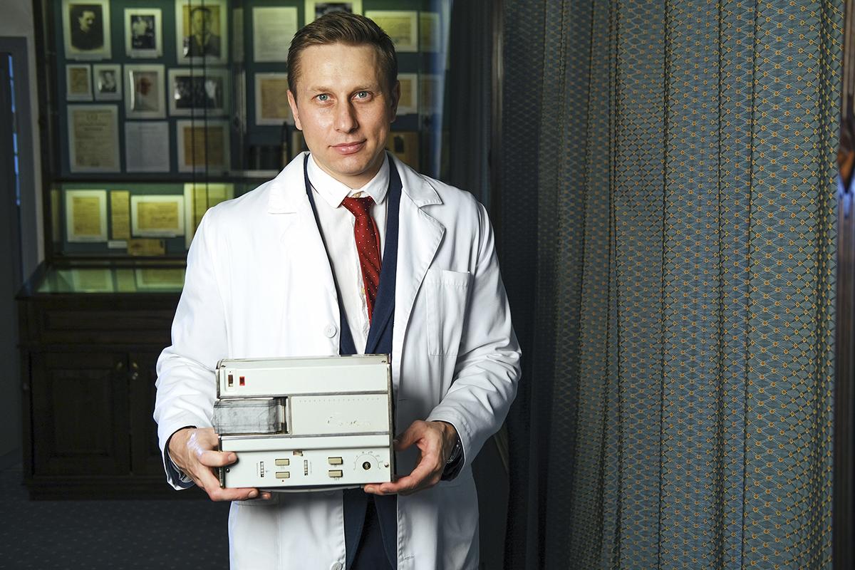 Руководитель центра хирургии аорты, коронарных и периферических артерий, сердечно-сосудистый хирург, кандидат медицинских наукДмитрий Сирота с электрокардиографом «Салют»