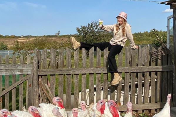 Девушка рассказывает в соцсетях о прелестях жизни в деревне