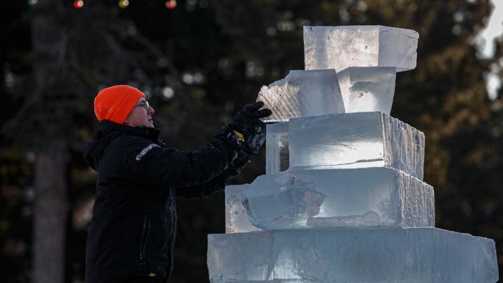 В Челябинске начали строить новогодний ледовый городок. Оцените работу мастеров