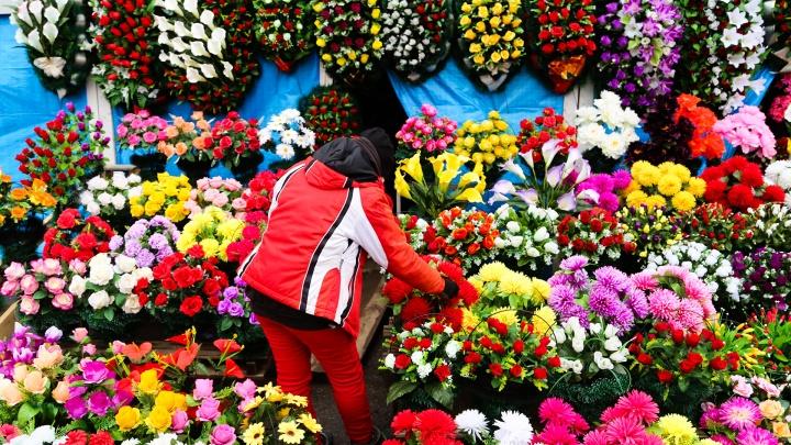 Продавщицы цветов у кладбища — про самоизоляцию: «Если ситуация не изменится, в Уфе бомжей прибавится»
