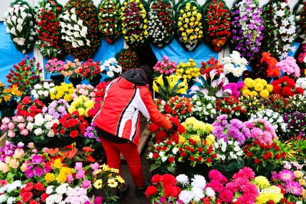 По словам владельцев цветочно-похоронного дела, бизнес давал им доход едва ли для поддержки штанов, который сейчас угас совсем