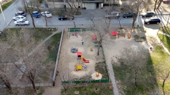 «Зачем тогда площадки огородили?»: волгоградка сняла гуляющих во дворе подростков во время самоизоляции