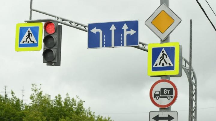 Следите за знаками: дорожники изменили правила проезда загруженных перекрестков Екатеринбурга