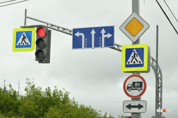 Новые знаки на перекрестке Малышева — Софьи Ковалевской. Теперь из левого ряда можно только поворачивать