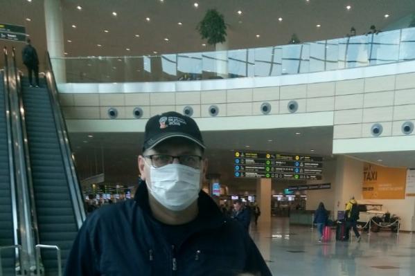 19 марта Андрей Коротков выложил на своей странице во «ВКонтакте» фото в маске в аэропорту. Так он рассказал о начале заграничного отпуска