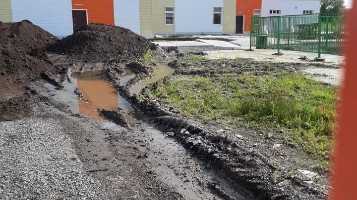 «Затхлый запах, забетонированная канализация и грязь»: как выглядит школа, построенная за 135 млн
