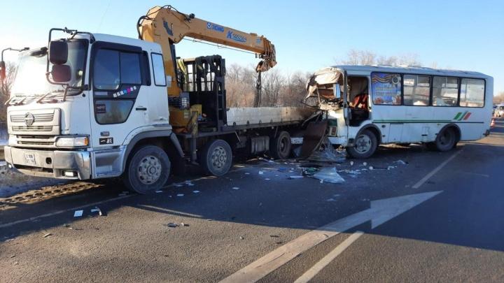 В Самарской области пассажирский автобус на скорости врезался в автопогрузчик