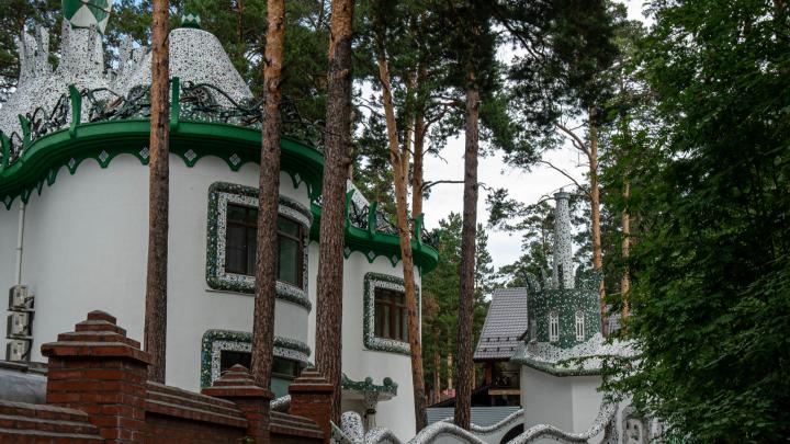 Легенды Заельцовского бора: прогулка по виллам и замкам Обкомовских дач, где встречают люди с автоматами