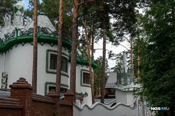 Одна из главных достопримечательностей Обкомовских дач — коттедж в стиле Антонио Гауди