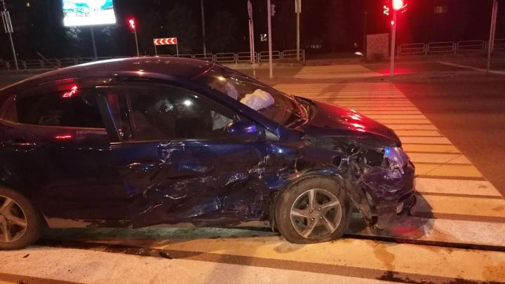 На ночной дороге в Челябинске Mercedes влетел в KIA, пострадали двое