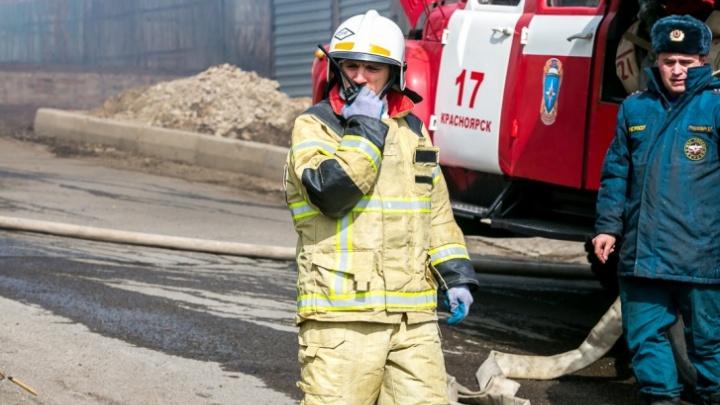 В Канске в ночном пожаре сгорело два дома. Молодой семье помогали выбраться через окна