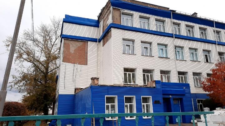 В школе на Омской, где развалилась крыша, по требованию прокуратуры начался ремонт