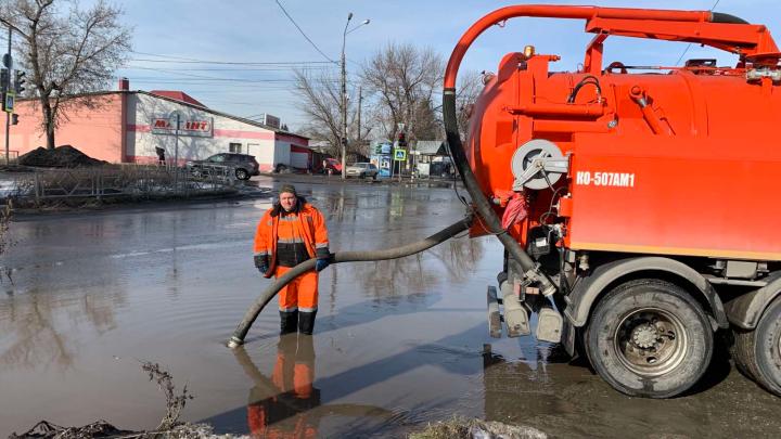 Лужи по колено: с улиц Самары откачали талую воду