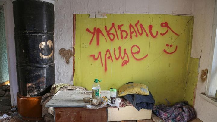 Бритва, грязная постель и тройной одеколон: как бездомные живут в разрушенной дворянской усадьбе Уфы