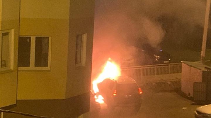 «Проснулась от запаха гари»: ночью во дворе спального района Ярославля сгорела иномарка. Видео.