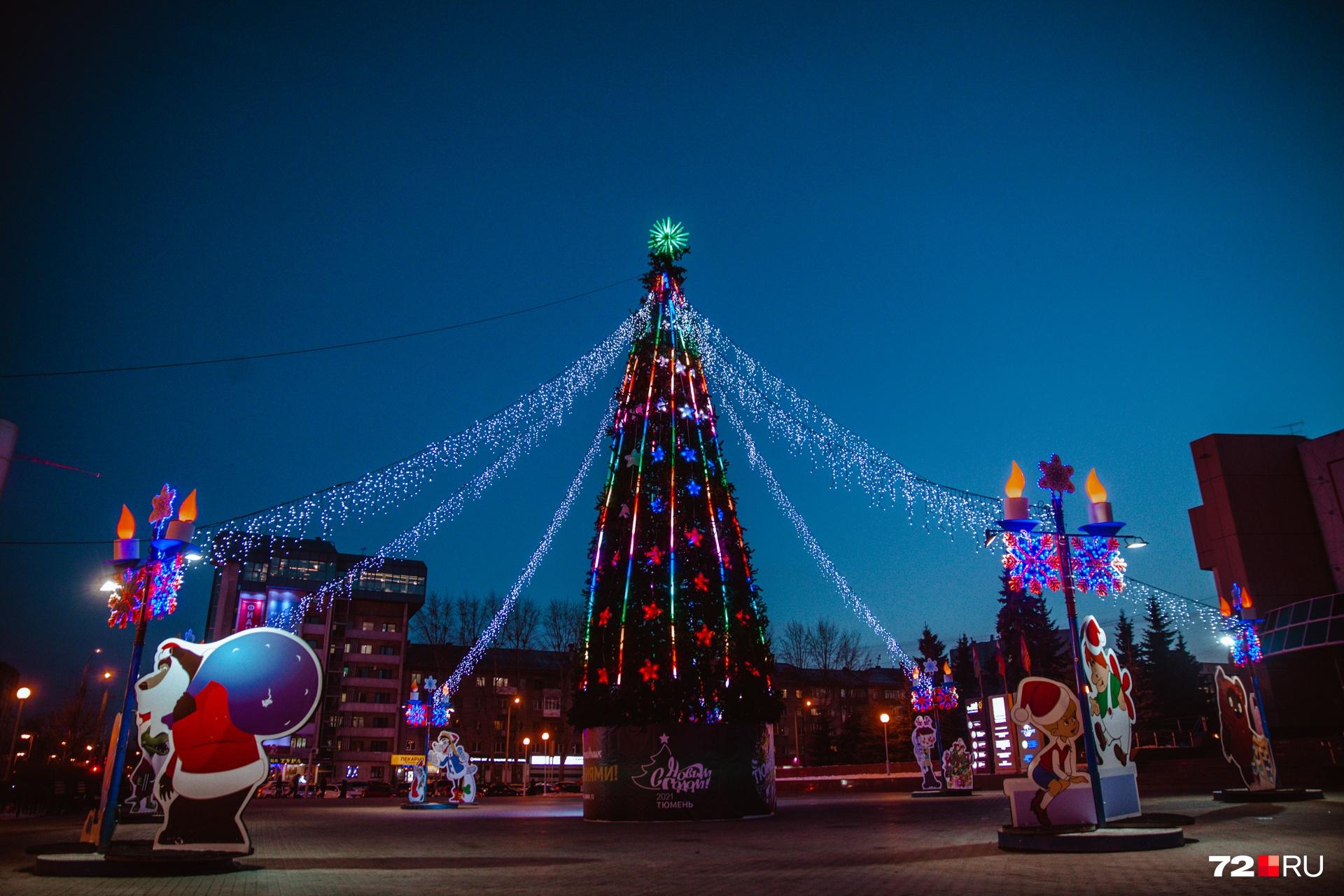 Перемещаемся к площади у Технопарка на улице Республики. Тут встречи с вами ждут очаровательные мультяшки и красавица-елка