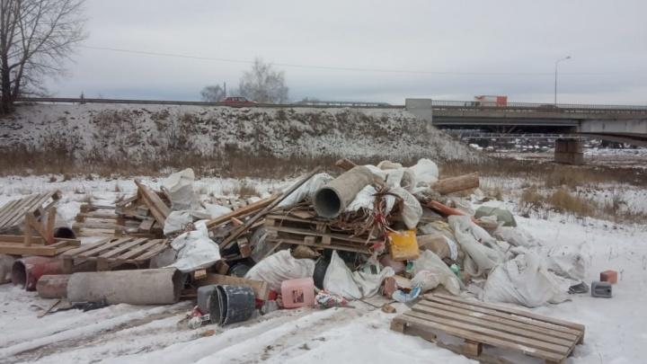 «Не очень красивая ситуация»: под Уфой грузовик свалил гору мусора вблизи водоема и уехал