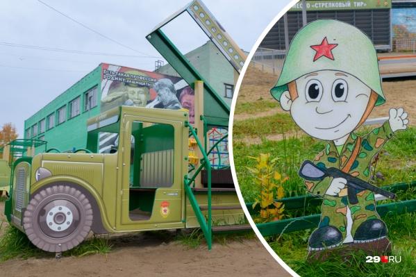 Возле школы № 62 теперь можно погулять в целом военном городке с деревянными «катюшами» и самолётами