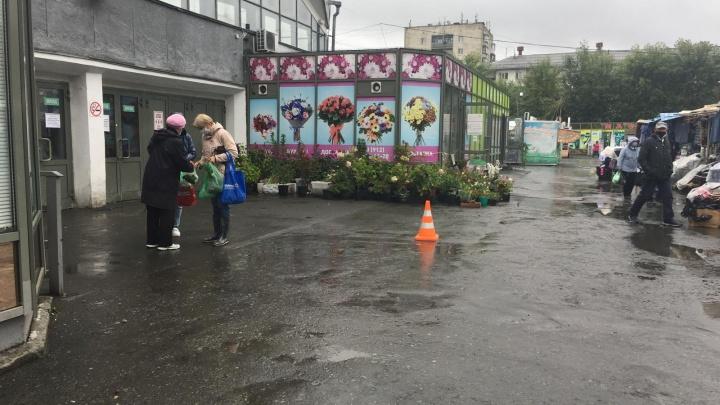На парковке у Шарташского рынка водитель сбил пенсионерку и уехал
